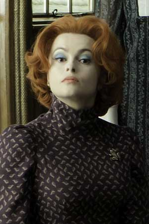 Helena Bonham Carter desnuda y abrazando a un atún