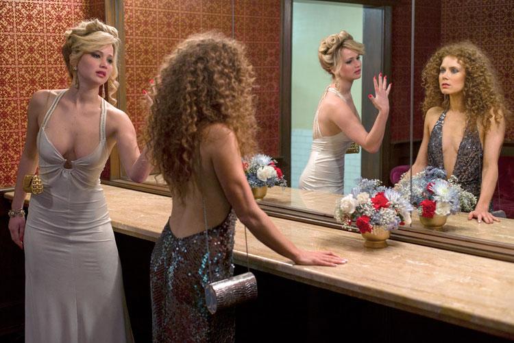 Amy Adams y Jennifer Lawrence en La gran estafa americana - fotograma de la película