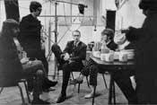 Con George Martin, escuchando lo que parece ser un tema interesante