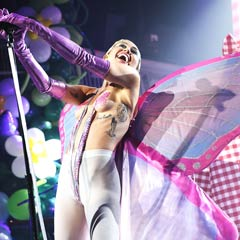 Miley Cyrus interpreta 'Tiger dreams' en topless