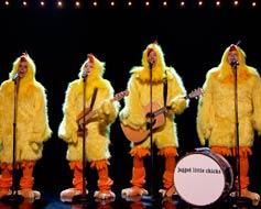 Alanis Morissette y su banda de pollitos